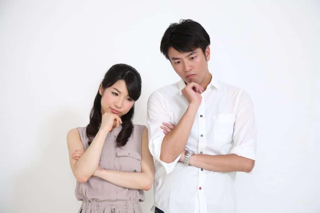 対処法を考えるカップル