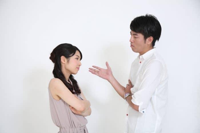 話し合いをするカップル