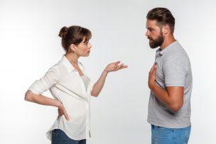事情を話すカップル
